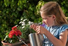 мочить девушки цветков стоковая фотография rf