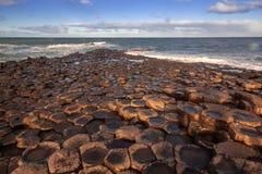 Мощеная дорожка в красивом летнем дне, Северная Ирландия гиганта стоковые фотографии rf