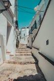 Мощенная булыжником улица в frigiliana malaga Испании стоковые фотографии rf