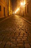 Мощенная булыжником улица в старом городе на ноче Стоковые Фотографии RF