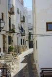Мощенный булыжником и узкая улица в туристском городке Peñiscola Стоковые Фото
