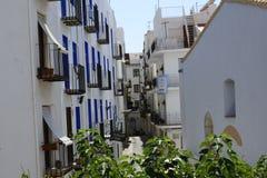 Мощенный булыжником и узкая улица в туристском городке Peñiscola Стоковые Фотографии RF