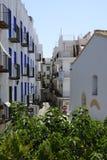 Мощенный булыжником и узкая улица в туристском городке Peñiscola Стоковое Фото