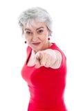 Мощная женщина в красном цвете изолированная с серыми волосами указывая с fing стоковые фотографии rf