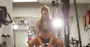 Мощная разминка женщины пригонки делая kettlebell сидит на корточках в спортзале акции видеоматериалы