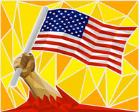 Мощная рука ` s человека поднимая флаг Соединенных Штатов Америки Стоковая Фотография RF