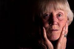 Мощное низкое ключевое изображение старшей женщины стоковая фотография
