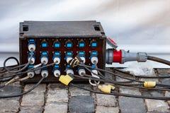 Мощное промышленное электрическое расширение с 18 гнездами для внешней пользы на концертах и событиях Кабели соединены оборудован Стоковые Фотографии RF