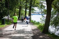Мощное счастливое престарелое идти, бежать в парке Стоковое Изображение
