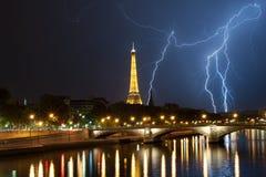 Мощное thuderbolt за Эйфелевой башней Стоковые Фото