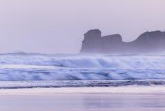 Мощные ломая волны на пятне прибоя в hendaye в холодном восходе солнца утра зимы, Баскония, Франции стоковое фото rf