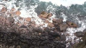 Мощные океанские волны разбивая утесы видеоматериал