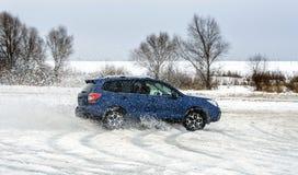 Мощный автомобиль offroader сползая льдом озера стоковые изображения