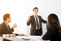 Мощный бизнесмен обхватывая его кулак уполномочивая его коллеги стоковые фото