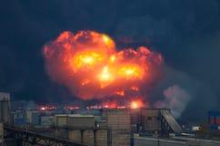 Мощный взрыв с яркими вспышками и черным дымом в городе стоковая фотография rf