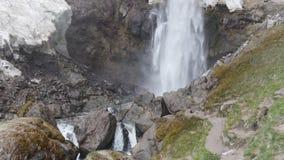 Мощный водопад в ущелье горы акции видеоматериалы