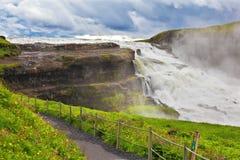 Мощный водопад и удобный путь Стоковые Изображения RF