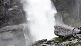 мощный водопад акции видеоматериалы