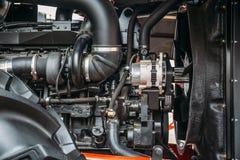 Мощный высокотехнологичный трактор или промышленный двигатель жатки, современный дизайн, новая аграрная концепция технологии Стоковое фото RF