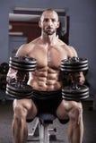 Мощный мышечный человек Стоковая Фотография RF