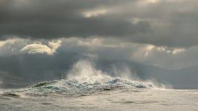 Мощный ломать океанских волн Волна на поверхности океана Стоковая Фотография RF