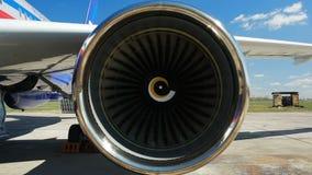 Мощный реактивный двигатель начинает повернуть против неба акции видеоматериалы