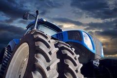Мощный трактор на предпосылке захода солнца Стоковое фото RF
