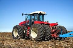 Мощный трактор работая в поле Стоковые Изображения RF