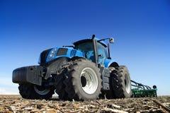 Мощный трактор работая в поле Стоковое фото RF