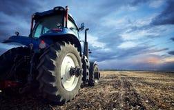 Мощный трактор регулирует землю Стоковое Изображение RF