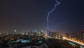 Мощный удар молнии поражает над городом Торонто, Канадой стоковое фото