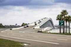 Мощёная дорожка и мост Sanibel в Флориде Стоковые Фотографии RF
