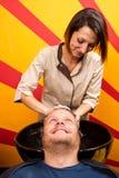 Моя волосы человека в салоне парикмахерских услуг салона красоты Стоковая Фотография RF
