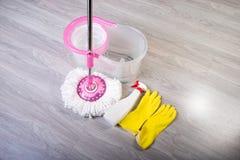 Моя пола, очищая квартиру Стоковые Фото