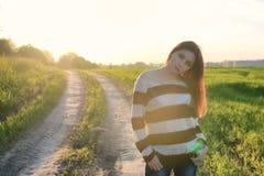 Мода девушки в поле на заходе солнца Стоковое Изображение RF