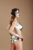 мода Женщина в серебряной маске и костюме кибер стальном стоковые фото