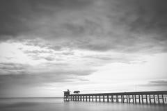 Мола и небо, черно-белые стоковое изображение