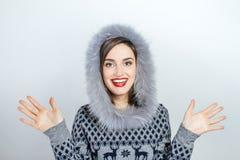 Мода красоты зимы Красивая девушка стороны с ультрамодный показывать меховой шапки взволнованности Профессиональные состав и мани Стоковые Фото