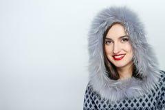 Мода красоты зимы Красивая девушка стороны с ультрамодный показывать меховой шапки взволнованности Профессиональные состав и мани Стоковое Изображение RF