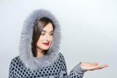 Мода красоты зимы Красивая девушка стороны с ультрамодный показывать меховой шапки взволнованности Профессиональные состав и мани Стоковые Фотографии RF