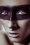 Мода красоты сняла молодого человека с кольцами носа и черной линией прокладки составом и белой ресницей Мужской портрет красоты Стоковая Фотография RF