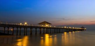 Мола к тропическому пляжу стоковые изображения