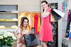 Мода молодых женщин ходя по магазинам в универмаге Стоковое фото RF
