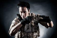 Мода ножа владением человека солдата Стоковое Изображение