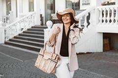 Мода добавочного размера модельная нося одевает в улице города Стоковое Изображение RF