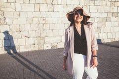 Мода добавочного размера модельная нося одевает в улице города Стоковые Фото