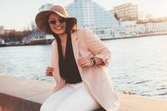 Мода добавочного размера модельная нося одевает в улице города Стоковые Фотографии RF
