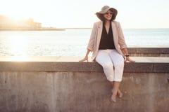 Мода добавочного размера модельная нося одевает в улице города Стоковое Фото