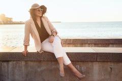 Мода добавочного размера модельная нося одевает в улице города Стоковая Фотография RF