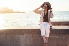 Мода добавочного размера модельная нося одевает в улице города Стоковое Изображение